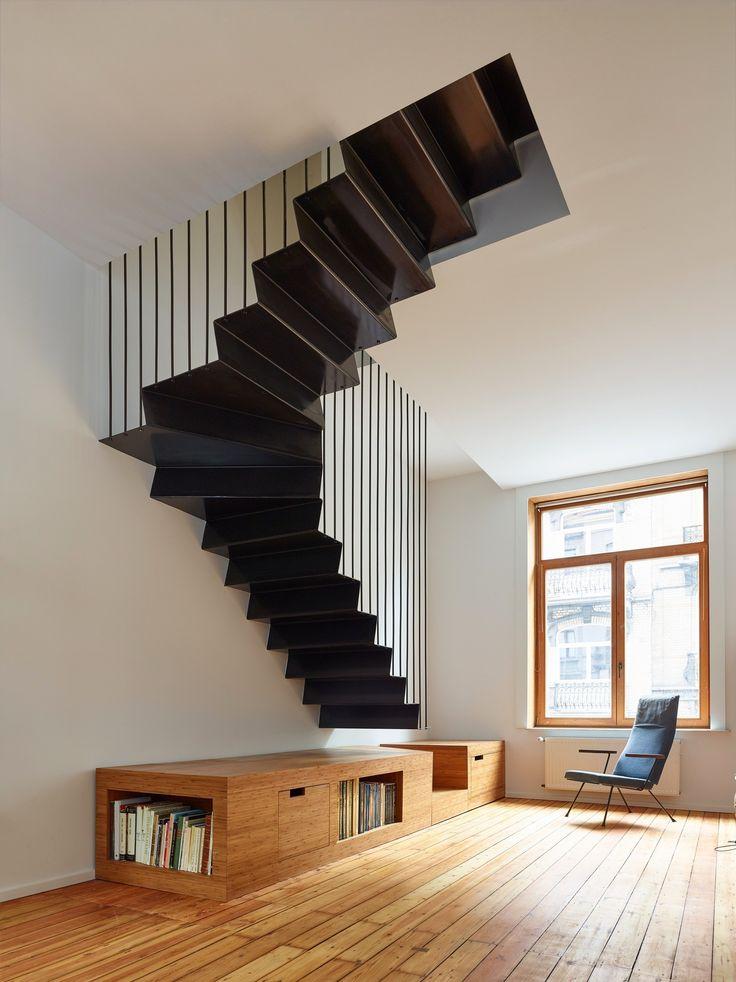 Архитекторы François Martens и Edouard Brunet полностью обновили и реконструировали типичный брюссельский террасный дом, превратив его в комфортабельное жилье для двух семей. Изначально здесь жила одна семья, но когда дети выросли, владелец пятиэтажного здания решил продать часть дома своему друг...