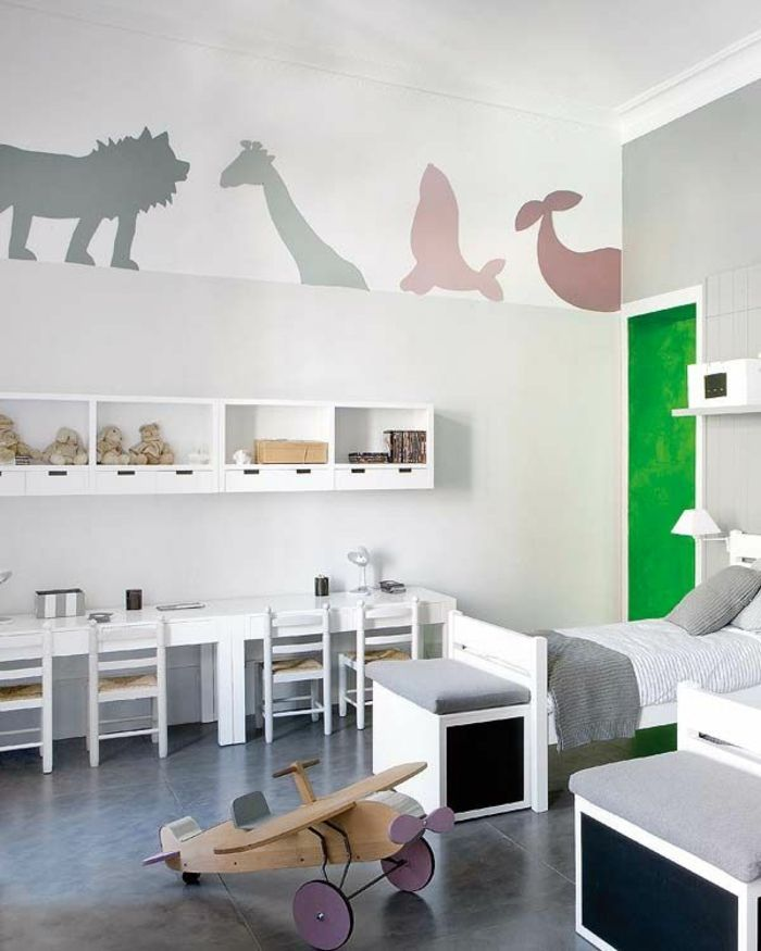 chambre d'enfant avec décoration murale, fauteuil bureau ergonomique