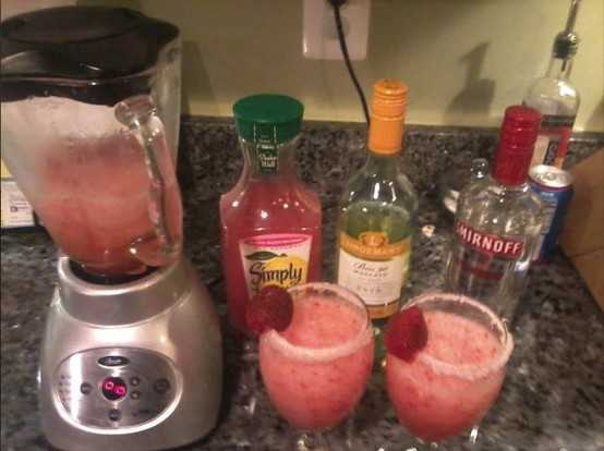 BERRY SUNSET... SIMPLY RASPBERRY LEMONADE, MOSCATO WINE, STRAWBERRY VODKA, A FEW BERRIES, BLENDED WITH ICE AND TOPPED WITH SUGAR AROUND THE RIM: Strawberries Vodka, Berries Sunsets, Simply Raspberries, Raspberry Lemonade, Strawberry Vodka, Ice, Raspberries Lemonade, Moscato Wine, Sugar