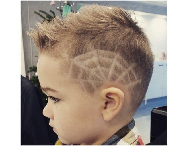 Fryzury dla małych chłopców - modne propozycje prosto z salonu