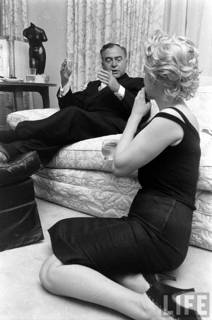 Marilyn Monroe And Arthur Miller With Producer Kermit Bloarden In Their New York Apartment 1958