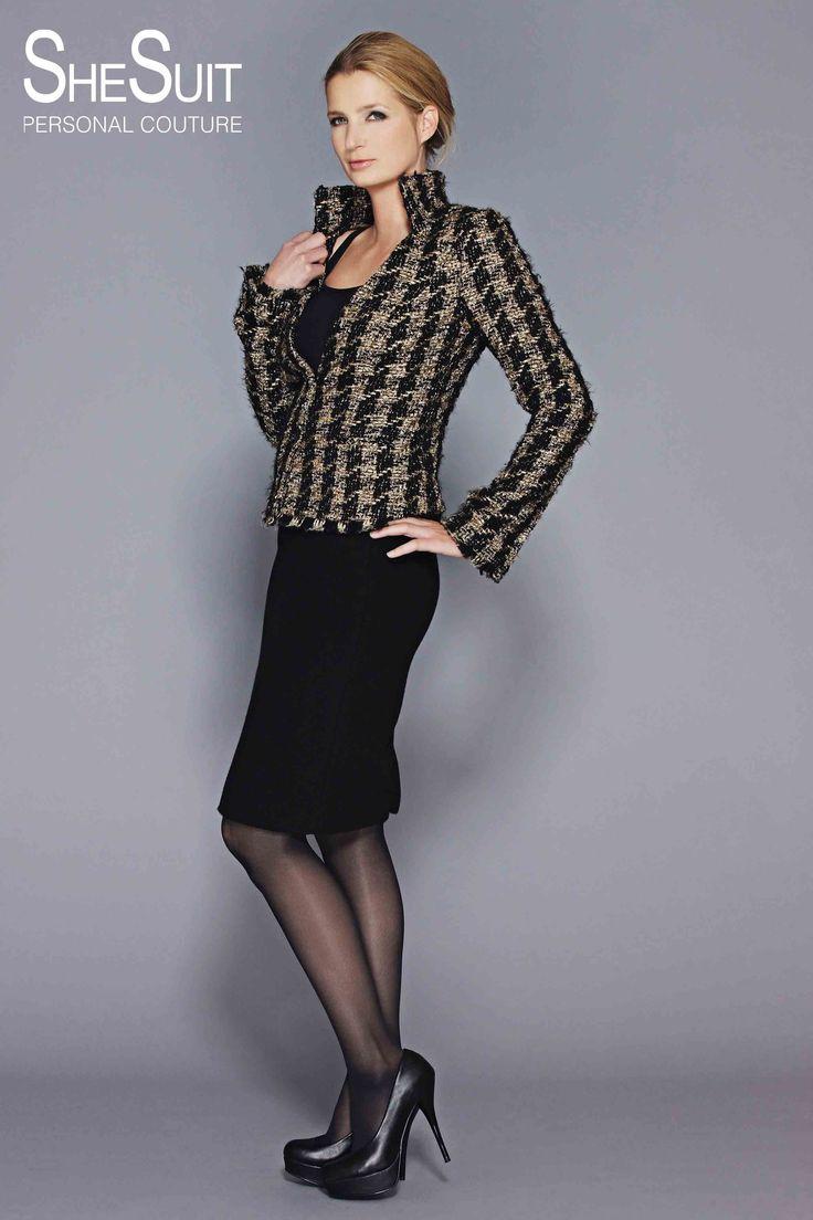 Model Constance. Zwart gouden tweed jasje. Dit charmante jasje, dat door ons model op een zwarte cocktailjurk wordt gedragen, heeft een opvallende rechtopstaande kraag met apart gemaakte gerafelde biezen onderaan het jasje en de mouwen en een parelmoer knoopsluiting.