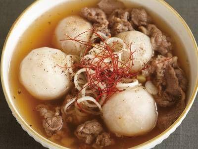 コウ ケンテツさんの里芋を使った「里芋と牛肉のスープ」のレシピページです。韓国で収穫を祝うためにつくる行事食「トランタン」は、主役の里芋を味わうやさしいスープです。 材料: 里芋、牛切り落とし肉、昆布だし、A、ねぎ、糸とうがらし、塩、ごま油、しょうゆ、黒こしょう