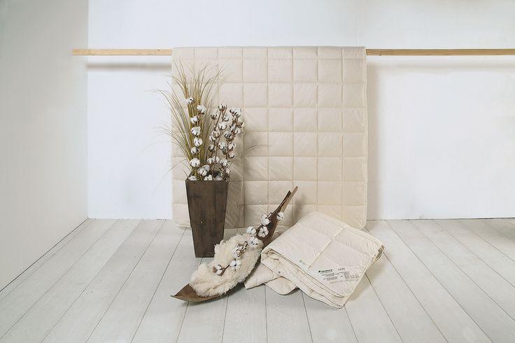 """Immer die richtige Bettdecke für jede Temperatur zur Hand haben? Dieser Wunsch muss nicht unerfüllt bleiben! Die hautsympathische Baumwoll-Kombi-Bettdecke """"Cotona"""" aus 100% GOTS-Baumwolle/kbA sorgt zu allen vier Jahreszeiten für das richtige Schlafklima. Zwei Bettdecken mit unterschiedlichen Füllgewichten können je nach Jahreszeit und Wärmeempfinden entweder einzeln oder in Kombination verwendet werden. Für ein angenehmes Schlafgefühl in jeder Nacht."""