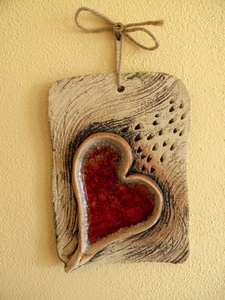 Srdce domu.... Kachlík na pověšení, šamotová hlína a sklo. Vel. cca 15x12 cm.
