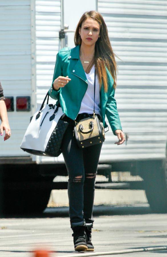 Las famosas nos enseñanan a llevar el look casual chic JESSICA ALBA  http://www.glamour.mx/moda/articulos/looks-de-celebridades-moda-tendencias-street-style/1693