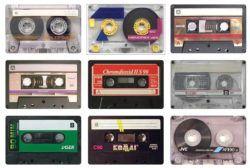 Всемирная служба «Би-би-си» выпускает в эфир передачу, посвященную коллекции компакт-кассет Усамы бен Ладена, найденной в одном из его убежищ в Афганистане двенадцать лет назад. Любовь к этим архаичным аудио-носителям с каждым годом становится неким модным тре