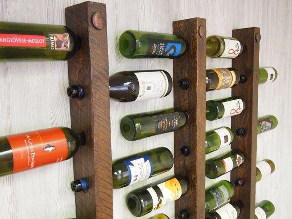 Botellas llenas de bodegas de vino ***  Estos bastidores de 16 botellas de vino trabajan juntos en perfecta armonía. Tallada de ásperos acentos de cobre envejecidos y madera, entrelace juntos para optimizar el espacio. El diseño también es perfecto para la preservación de corcho. En el 70 de altura, que se ajusta cómodamente con más altura  ¿Desea personalizar sus portabotellas de vino??? Ofrecemos una tira de cobre que puede ser grabada con apellidos, fechas u otras cosas únicas. Lista de…