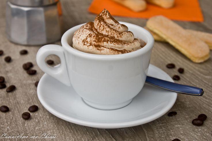 Oggi vi voglio deliziare con questo dessert crema al caffe, ingredienti per 4 tazze da cappuccino. 2 caffè 200 ml di panna 2 cucchiai di zucchero a velo cac