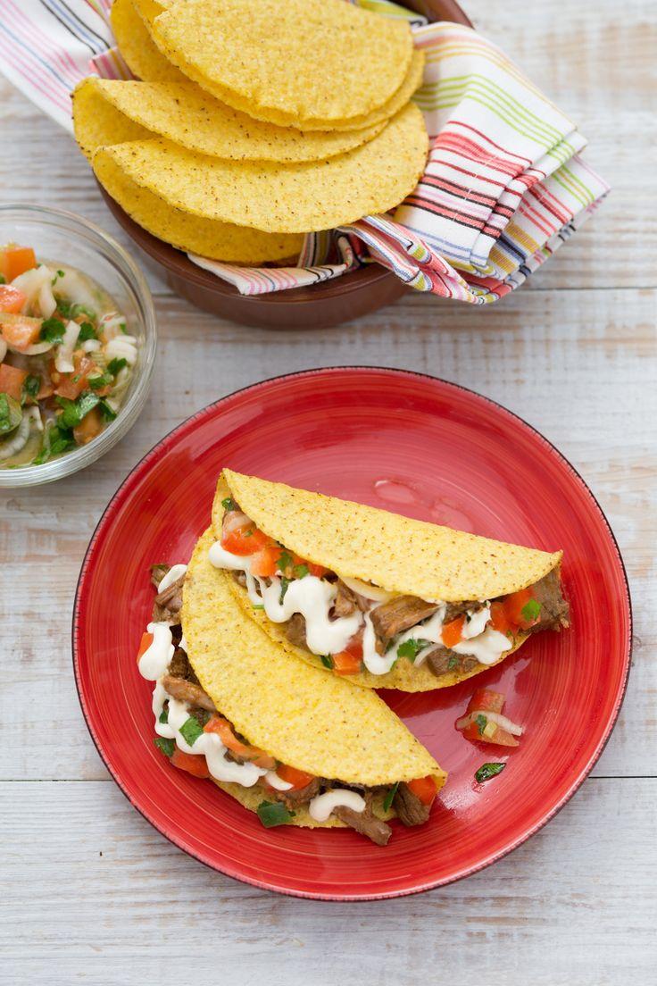 Tacos con carne: croccanti tortillas di mais farcite con tenero manzo sfilacciato e marinato.Pronti per il vero tex-mex?  [Tex mex tacos]  [