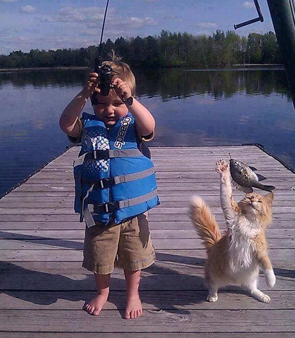 Chat et enfant à la pèche