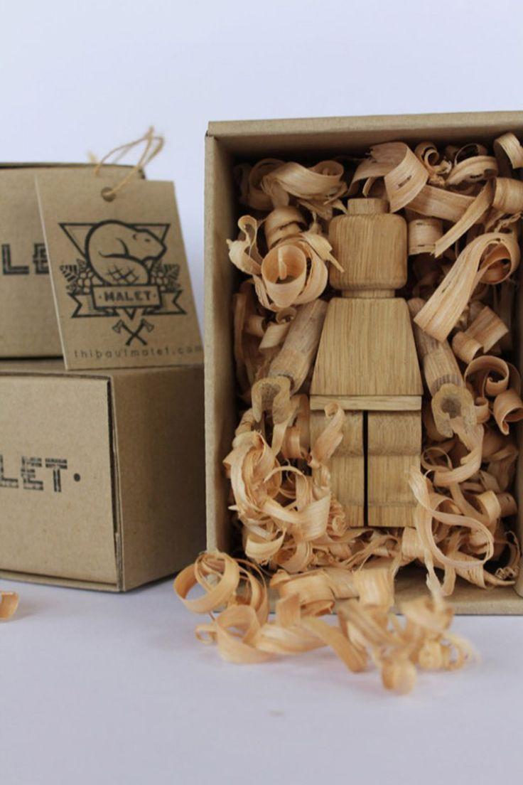 Французская студия дизайна Thibaut Malet создала великолепные игрушки ручной работы издуба, фигурки человечков изконструктора Лего, высотой 11 см. Всего изготовлено 20 экземпляров, все пронумерованы.  Для упаковки использована коробка изгофрокартона пенального типа, заполненная дубовыми стружками. Накоробках вручную, штемпелем, нанесен логотип студии.  http://am.antech.ru/zzVA
