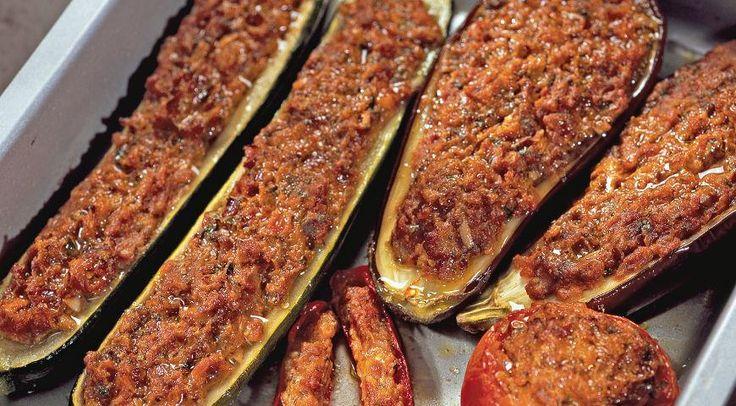 Фаршированные баклажаны, цукини и помидорыИНГРЕДИЕНТЫ сыр фета – 150 г паста томатная – 50 г цукини – 2 шт помидоры – 4 шт баклажан – 2 шт пармезан тертый – 50 г сухари панировочные – 80 г перец красный острый – 2 шт красная луковица – 2 шт чеснок – 2 зубчика вино белое сухое – 4 ст. л. петрушка мелко нарезанная – 2 ст. л. масло оливковое – 4 ст. л. сухой орегано – щепотка соль