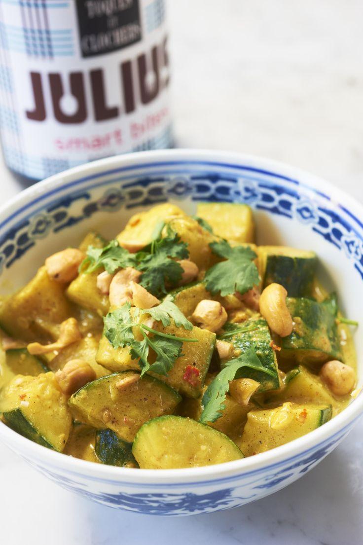 Dit heerlijke recept voor vegetarische curry met courgettekomt uit het musthave boekSmart Cooking Compleet van Julius Jaspers (Carrera,€ 17,50). Rooster mosterd- en komijnzaad in een droge koekenpan en laat afkoelen. Maak een currypasta door de zaadjes, knoflook, Spaanse peper, gember, currypoeder en zout in de keukenmachine fijn te malen. Smoor de ui glazig in de […]