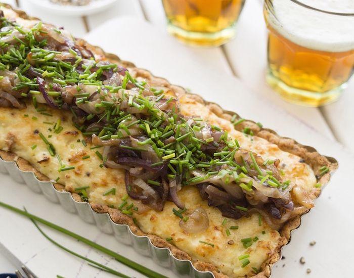 Få opskriften på en super lækker tærte, som vi alle elsker! Tærten er fyldt med kartoffel og karamelliserede løg. Server med en sprød salat til!