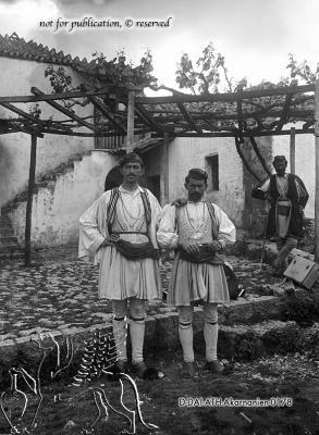 Portrait dreier Griechen in Tracht Metropolis, Ätolien-Akarnanien (Regionalbezirk), Palaiomanina. [1891/1892] Nachlass Ferdinand Noack (1865-1931) Uni-Koeln