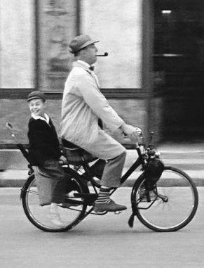 Alaín Bécourt as 9-year old Gérard Arpêl, and Jacqúes Tatí, as genial, bumbling, and adored Uncle Monsíéur Hulôt, in the 1958 film 'Món Ôncle'