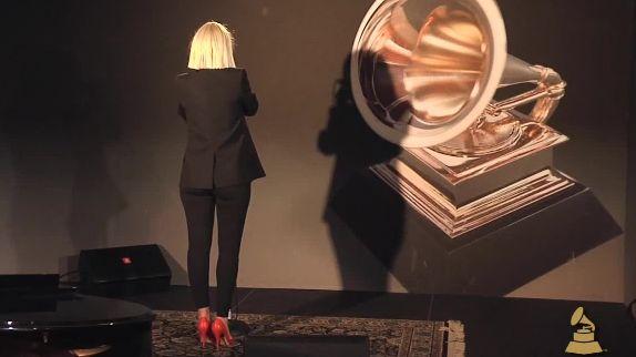 """sia in studio   Sia chante """"Chandelier"""" en live et au studio... pour l'Acadmie des ..."""