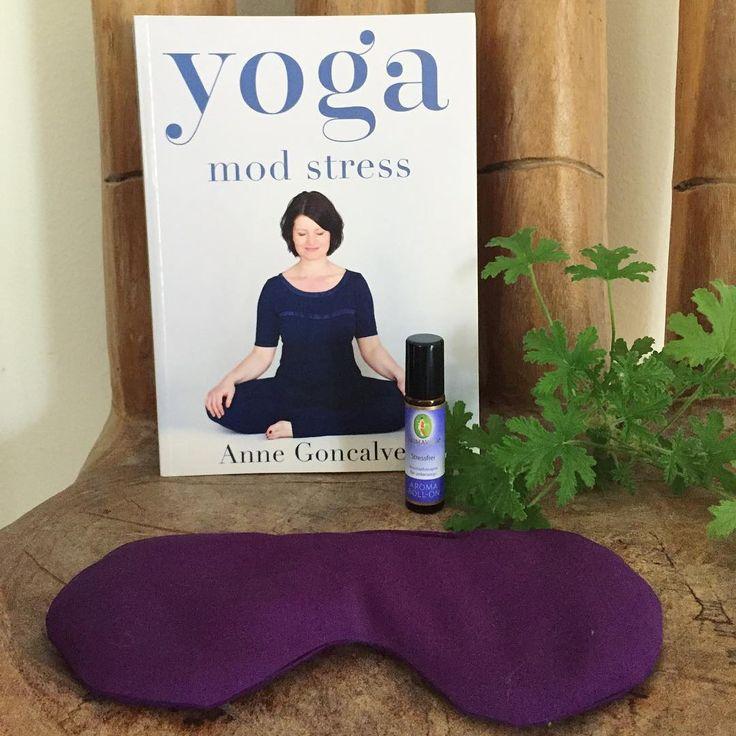 Fredags forkælelser ☮️💟☯️ Anne Goncalves lækre Bog: Yoga mod stress 💜Parfume Roll-on der sikre sindsro og indre fred: Stressfrei 💜Øko øjenmaske: Anbefales til yoga og meditation (-og en lille weekend morfar) 💜 Alle fortjener et liv uden stress - kig forbi shoppen, hvor du finder flere hjælpemidler mod stress og andre ubalancer 💜 Dejlig weekend til dig #mellowway #webshop #godweekend #fredag #yogamodstress @anne.goncalves.yoga #yoga #stress #parfume #stressfri #æteriskeolier #lavendel…