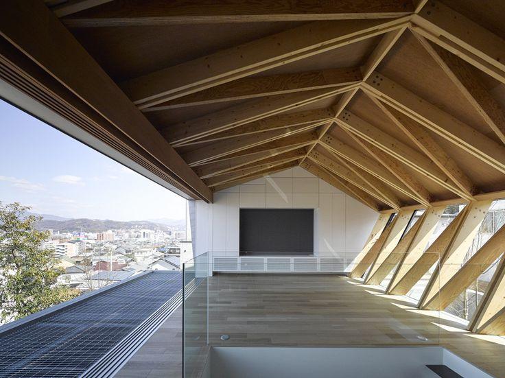 Construído na 2015 na Matsuyama, Japão. Imagens do Masao Nishikawa. O cliente deste projeto que trabalha numa agência de publicidade como designer gráfico, adquiriu um terreno numa colina com boa vista e pediu o...