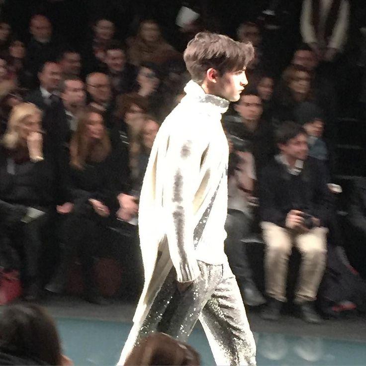Lo stile ricercato di Ermanno Scervino moderno ed elegante  arricchito da tessuti raffinati. #men #ermannoscervino #scervino #fw16 #top #runway #fashion #moda @ermannoscervino