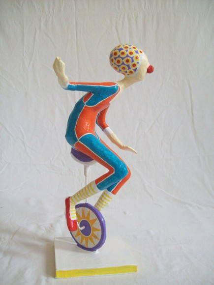 Escultura em papel de palhaço montando um monociclo. R$ 120,00