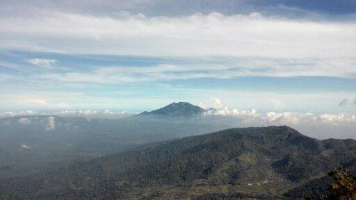 Gunung Ungaran dilihat dari puncak gunung Andong