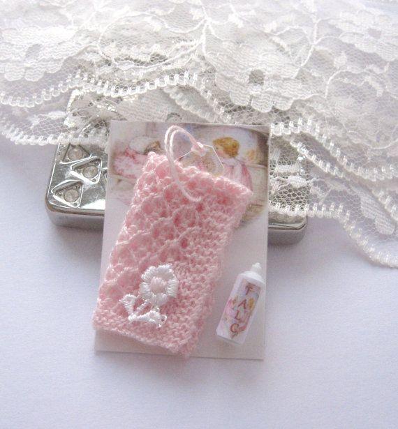 dollhouse knitted pram blanket pink displayed by Rainbowminiatures