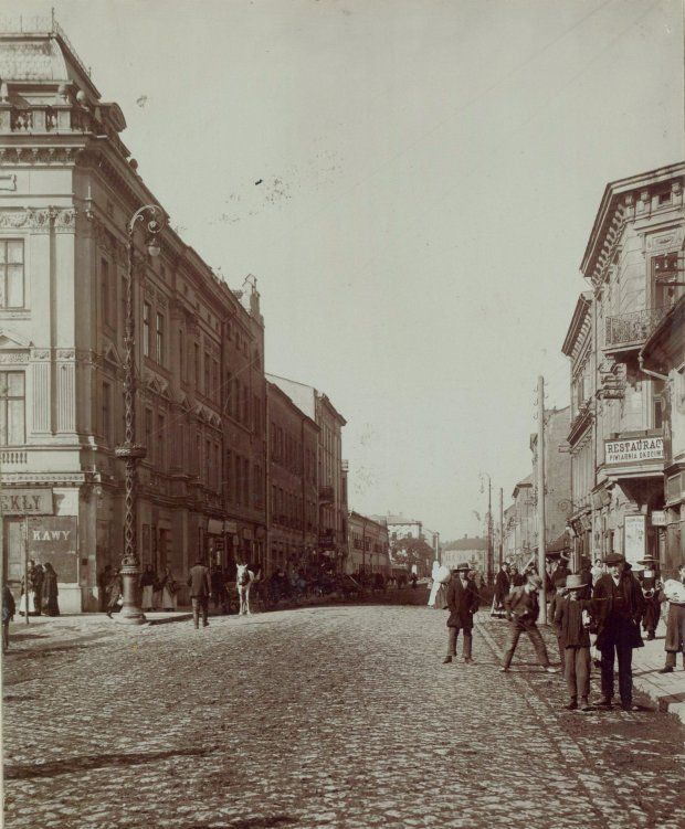 Ul. Kalwaryjska od strony Rynku (do 1910 r. Trakt Izdebnicki). Widoczny też front nieistniejących koszar, gdzie obecnie znajduje się Plac Niepodległości