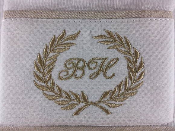 Kit fralda de boca ( 31x31cm ) + fralda de ombro ( 53x65cm ), 100% algodão com barrado de piquet bordado guirlanda com inicial do nome.  Obs: A cor do bordado e o acabamento à combinar se desejar.