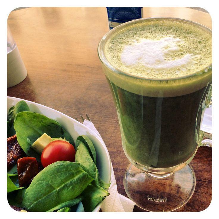 """¿Porque no disfrutar en tu """"lunch"""" de un Matcha Latte para recuperar energías y continuar con tu día?  Acompaña tu té verde Matcha latte con una ensalada de espinacas, aguacate y tomate seco.  #bio #superalimentos #matcha #teverde #vidasana"""