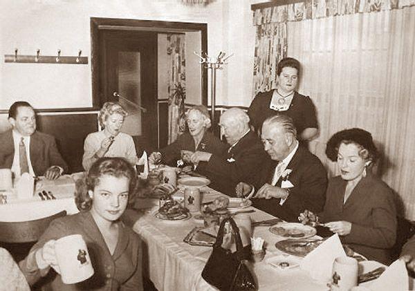 """1956, au restaurant de Blatzheim """"Franziskaner"""" - Romy Schneider, Magda Schneider & Hans-Herbert (""""Daddy"""") Blatzheim"""