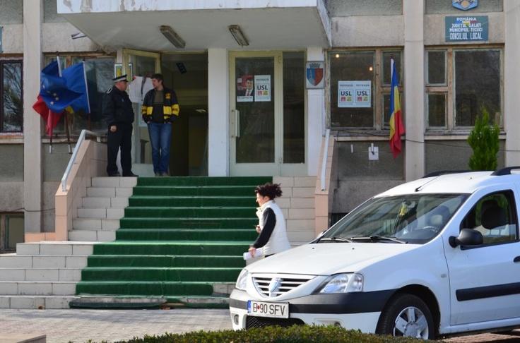 Afisele raman pe geamurile Primariei Tecuci chiar dupa reclamatia la BEJ Galati