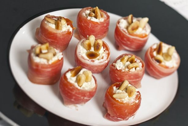 Dit heerlijke hapje mag zeker niet ontbreken tijdens een tapasavondje of op een feestje. Cherrytomaatjes die omwikkeld zijn Parmaham en gevuld zijn met roomkaas. Strooi daar nog wat geroosterde pijnboompitjes overheen en je hebt echt een super lekker hapje. Heel gemakkelijk om te maken en in een kwartiertje klaar. Wat wil je nog meer?