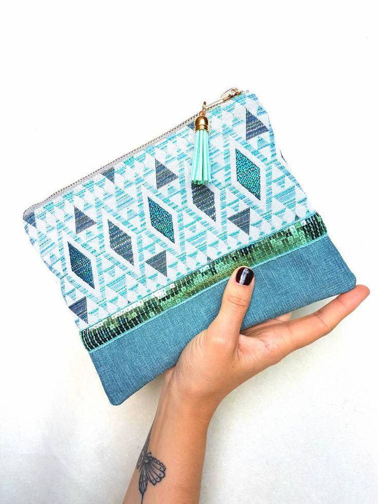 Pochette GREENY faite main bi matière en tissu jacquard tendance ethnique et en toile turquoise. Zip argenté et pompon suédine turquoise. de la boutique LNHKcreations sur Etsy