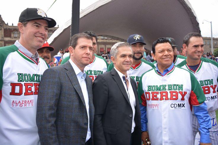 El Jefe de Gobierno estuvo acompañado por el director del InDeporte, Horacio de la Vega; de CONADE, Alfredo Castillo, el presidente de la Liga Mexicana de Béisbol, Plinio Escalante y el ex beisbolista, Fernando Valenzuela.