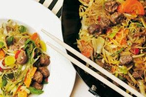 Mihoen kan je binnen no time bereiden. Je kan het op allerlei manieren combineren en met verschillende vlees of vissoorten. Onderstaand recept is een typisch gerecht die je in Sjanghai zo kan halen op iedere hoek! Benodigdheden: - ½ pond Mihoen - slaolie...