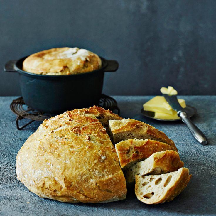 """Ihanan rapeakuorinen pataleipä on helppo valmistaa, sillä taikinaa ei vaivata. Leipä tunnetaan nimellä """"No knead bread"""", vaivaamaton leipä."""