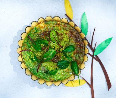 Västerbottenpaj när den är som bäst, i ett recept med Västerbottensost, jordärtskocka och spenat. Pajen blir en härlig färgklick på buffébordet, med det gröna inkråmet och vackert dekorerad med krispiga blad av babyspenat.