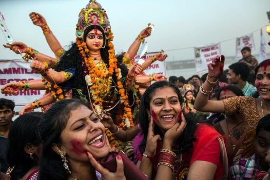 Q: Se dice que los triunfadores se quedan solos. Si uno se queda solo en la cima, ¿eso significa realmente ganar?  Sri Sri Ravi Shankar: Antes que nada, quita de ti el concepto de cima y fondo. Cada lugar es único. Si alguien te ha mantenido en la cima, se debe a los esfuerzos de todos aquellos que están abajo. Si te toca estar en la cima, sé totalmente humilde. Mientras más subas, sé más humilde. La humildad es el signo del éxito. Cuando hay humildad, no hay obstáculos.