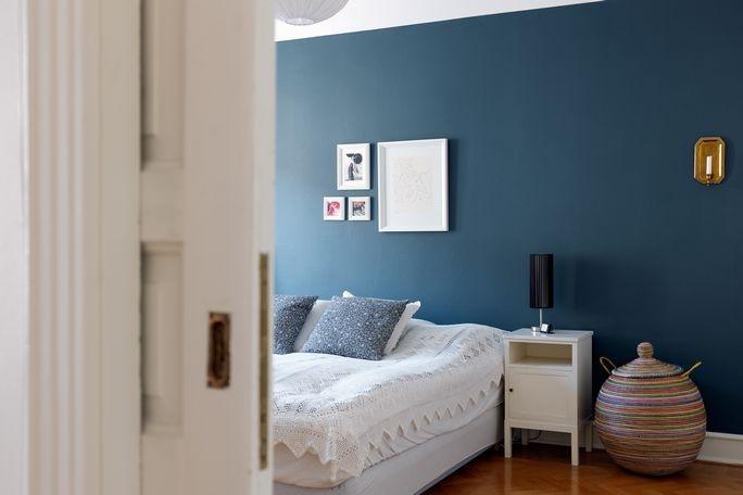 Dark blue wall... I am obsessed.