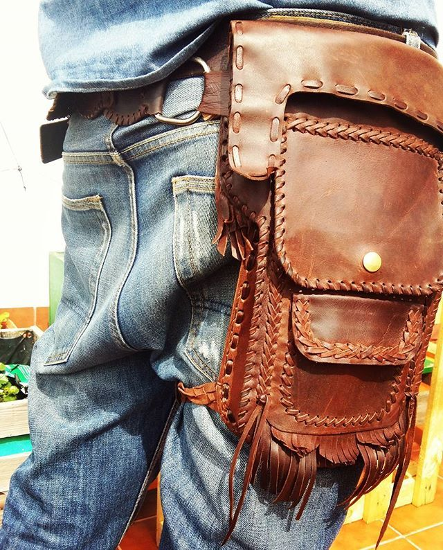 Riñonera con pernera de cuero. #handmade #dcuero #cuerohuelva #huelva #harley #wild #hechoamano #artesanal #art #leather #hippie #flecos #riñonera #hombre #man #men #moteros #ruta66 #design