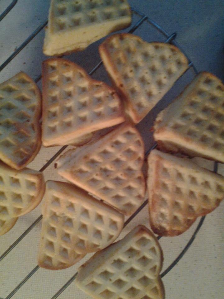 Brusselse Wafels voor 8-10 stuks, 8 minuten op 180 graden – 1 groot ei, – 50 g suiker, – 1 zakje vanille suiker, – 1½ dl melk, – 150 g zelfrijzend bakmeel, – 50 g boter, gesmolten, olie om in te vetten, poedersuiker om te bestrooien Voorbereiding: Klop de eierdooier met de suiker schuimig. Klop er de melk door en meng het bakmeel erdoor. Roer de gesmolten boter erdoor. Klop het eiwit stijf en spatel dit door het beslag. Vet de vorm lichtjes in. Serveertips: Bestrooi de wafels met…