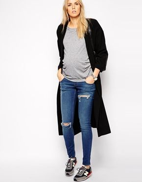 Jeans style during pregnancy. Darker colors are slimming