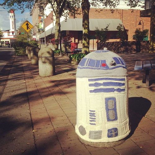 Knitted R2D2 in Bellingham!: Knits R2D2, R2D2 Yarns, Bombs R2D2, R2D2 Yarnbomb, Awesome Yarns, Yarns Bombs How To, How To Yarns Bombs, International Yarns, Guerilla Knits