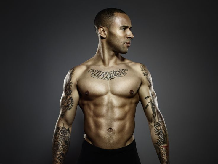 James Ellington : un torse musclé et tatoué