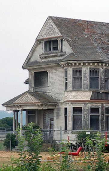 Beautiful abandoned old farm house. Wouldn't this be an amazing fixer-upper?!?