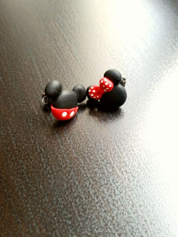 Mickey mouse und Minnie Stud oder magnetische Ohrringe Disney inspiriert. 🔹Hight Qualität. 🔹Hypoallergenic Bolzen. 🔹 Handamade mit Liebe.  Schmuck aus Ton. Geek. Kawaii.   🔹🔹🔹COUPON🔹🔹🔹 Bestellungen über $ 30 erhalten einen Rabatt von 10 % mit dem Gutschein-Code CANDY10   🔹The Basis der Pin ist Silber. Die Version ist hypoallergen Stahl hypoallergen, geeignet und sicher für Allergiker durch das Vorhandensein von Nickel.  Die Version mit Magnet eignet sich für diejenigen, die keinen…