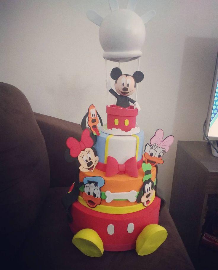 Bolo Fake da Turma do Mickey Amei fazer este bolo todo colorido com as personagens saltando e se destacando. Detalhe especial para o Mickey e seu balão de luva.  #disney #mickey #minnie  #pateta #pluto # margarida #patodonald  #festamickey  #turmadomickey