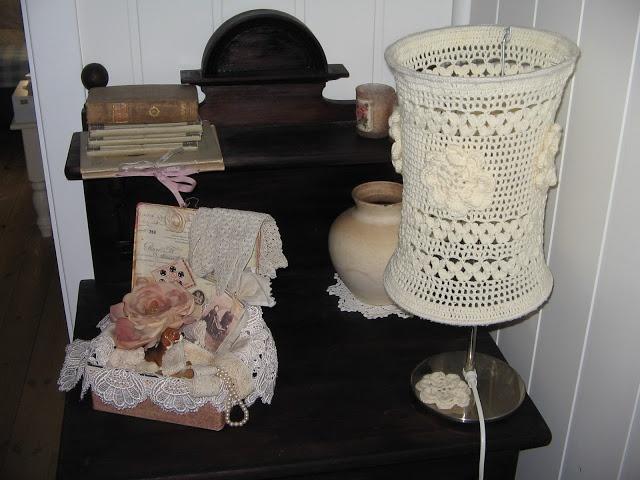 antieke wastafel met zelf gehaakte lampekap